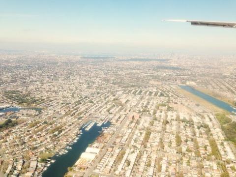 最後まで謎なのは、これどこなんでしょうね?飛行機から見下ろした外国の街並みのようですが。